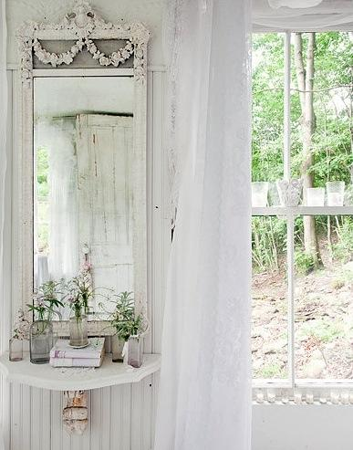 Specchio utilizzato come complemento d'arredo