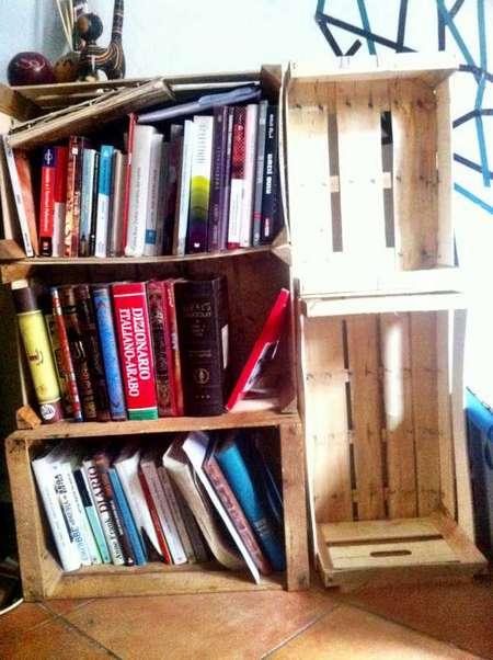 Libreria fatta con cassette della frutta