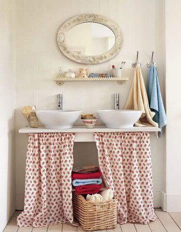 bagno con sotto lavandino coperto da stoffa a fiori