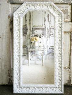 7 idee per arredare con il bianco in stile shabby chic - Specchio cornice bianca ...