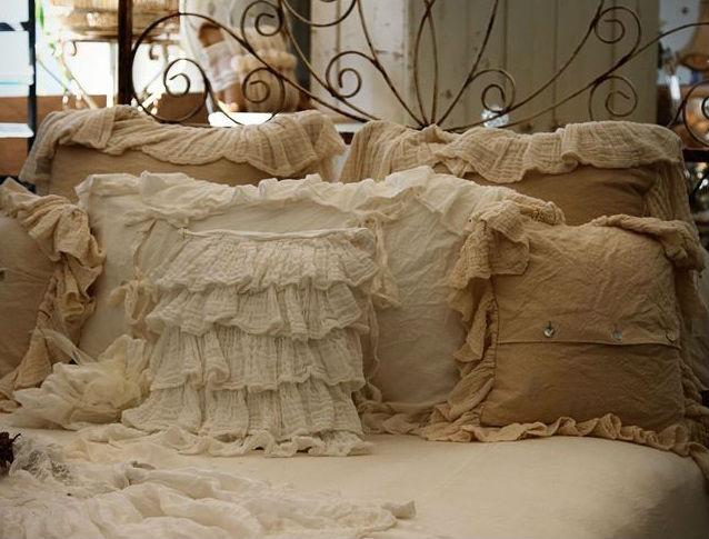 7 idee per un letto in ferro in stile shabby chic provenzale e country arredamento provenzale - Cuscini arredo letto ...