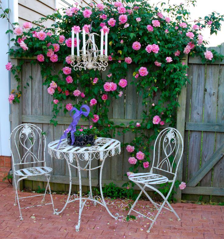 Facciamo colazione shabby chic in giardino arredamento for Tavolo e sedie shabby chic
