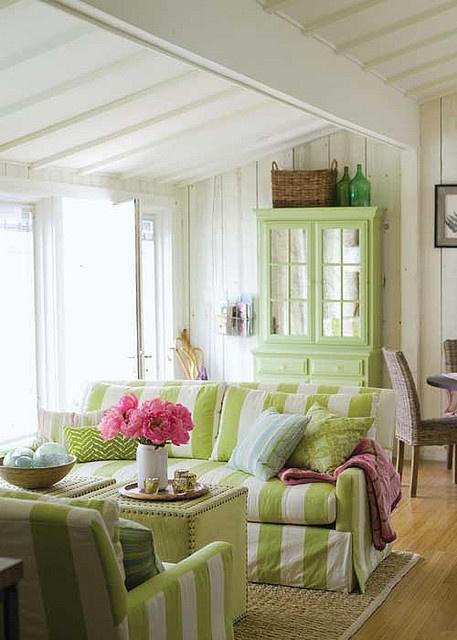 fiori-rosa-salotto-verde-menta