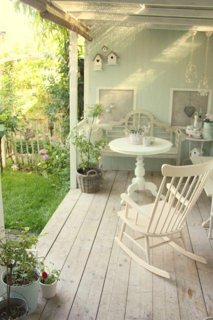 Una gallery di outdoor shabby chic per il relax in for Sedia a dondolo nursery