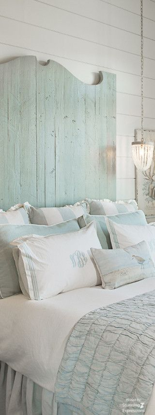 letto cuscini azzurri
