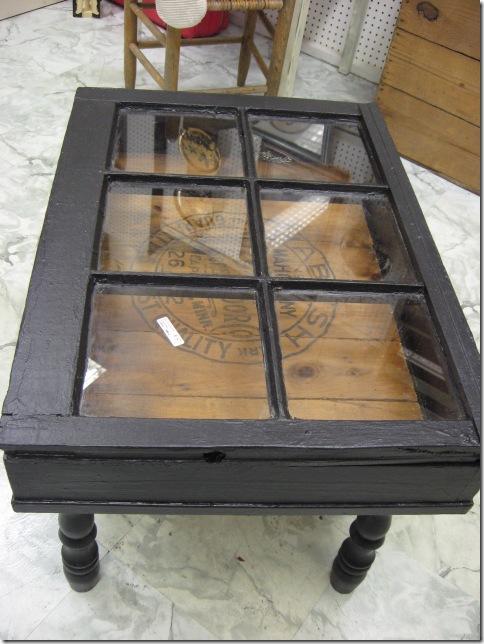 Tavolino da caffè e vecchia finestra