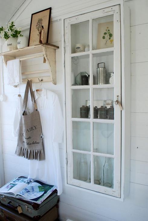 Vecchio armadietto con finestra